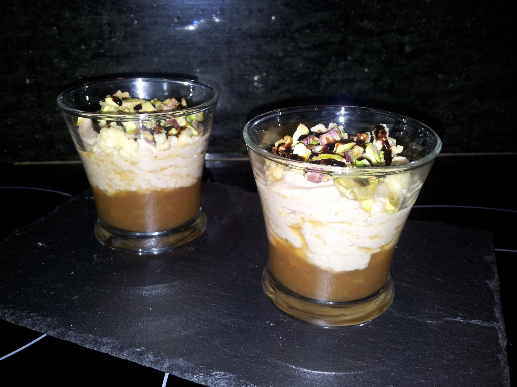 Vasito de mousse de foie con manzana y pistachos