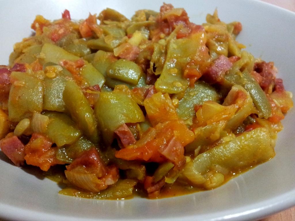 Judías verdes con tomate y jamón