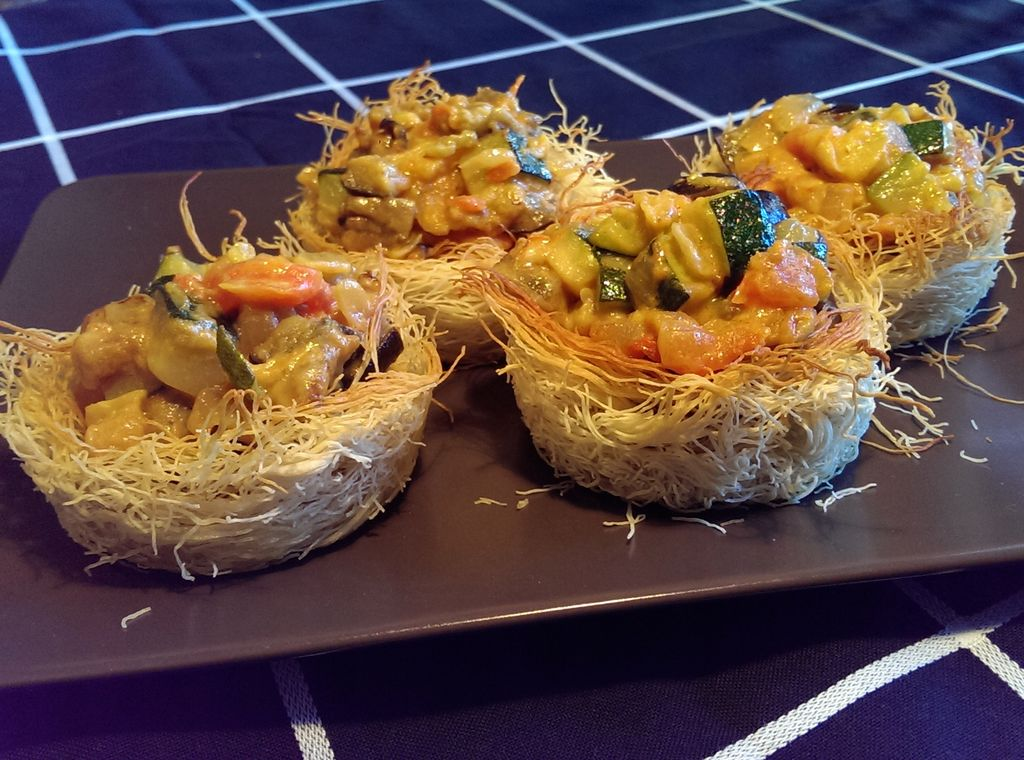Nidos de pasta kataifi con verduras al curry