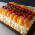 Tarta milhojas de frutas con crema y nata