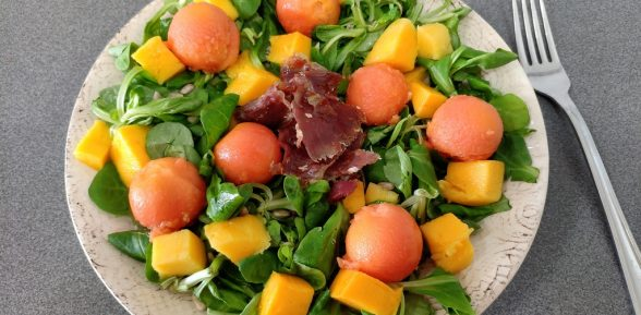 Ensalada de canónigos, mango y papaya